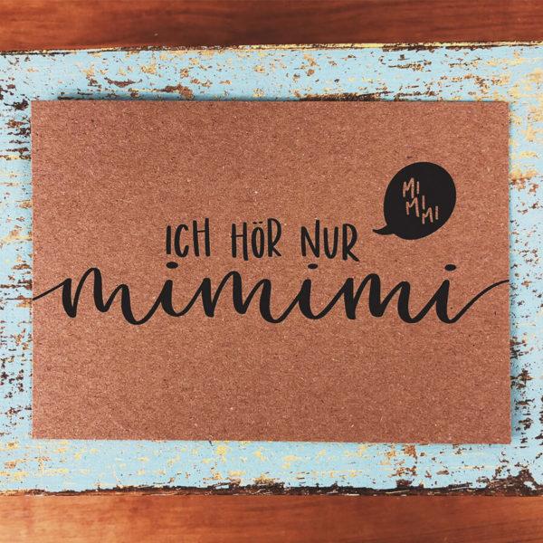 """Postkarte aus Kraftkarton mit schwarzer Aufschrift """"Ich hör nur mimimi"""" auf blauem Hintergrund."""