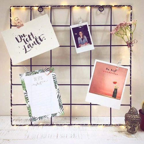 Gitter für Fotos mit LED Lichterkette und schönen Paperclips, stilvoll dekoriert