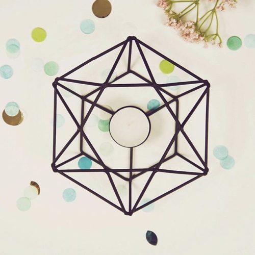 Schwarzer Hexagon Kerzenhalter für Teelichter aus Metall