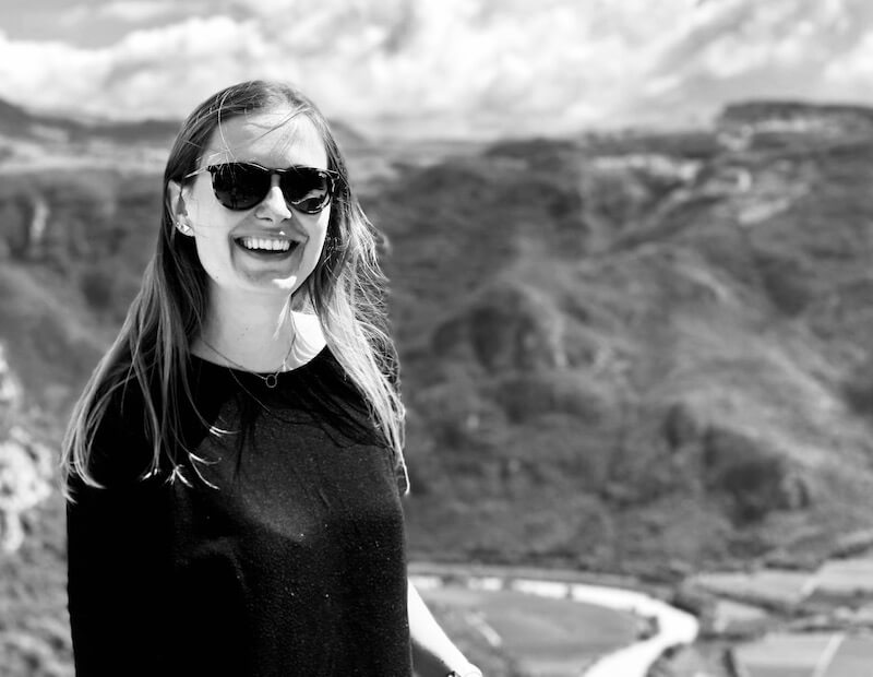 Geschäftsführerin Andrea Röhrl vor Bergen in schwarzweiß.