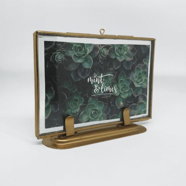 Stehender Bilderrahmen mit Doppelglas aus Metall.