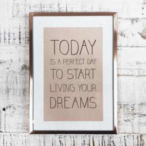 """Rose goldener Bilderrahmen mit Bild """"Today is a perfect day to start living your dreams"""" von oben auf einem Holzbrett fotografiert."""