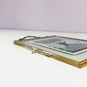 Bilderrahmen zum Hängen in vintage Optik gold in Nahaufnahme.