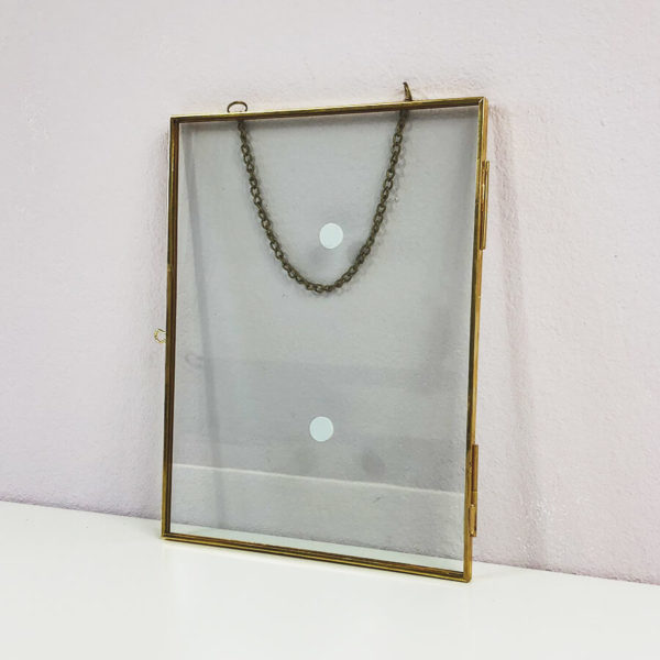 Bilderrahmen zum Hängen in vintage Optik gold.