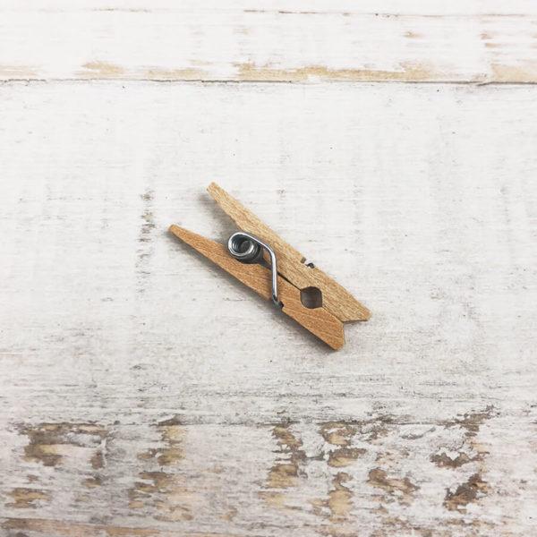 Ein Zwicker aus Holz in Nahaufnahme auf hellem Hintergrund