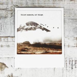 """Polaroid Karte mit Aufschrift """"Collect moments, not things."""" und einem Berg mit Vögeln im Hintergrund."""