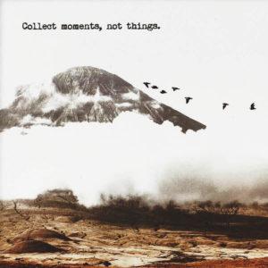 """Nahaufnahme der Polaroid Karte mit Aufschrift """"Collect moments, not things."""" und einem Berg mit Vögeln im Hintergrund."""