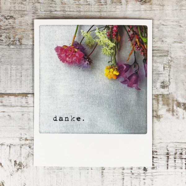 """Polaroid Karte mit Aufschrift """"Danke."""" und Blumen."""