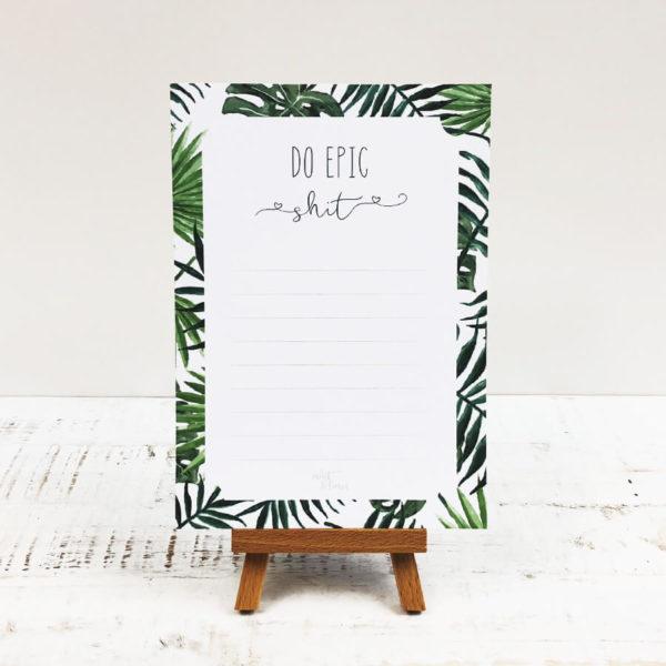 """Notizblock mit Blättermuster und Aufschrift """"Do epic shit"""" vor weißem Hintergrund."""