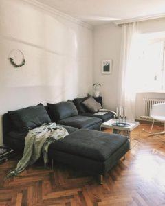 Gemütliches und stilvoll eingerichtetes Wohnzimmer in einer Altbauwohnung