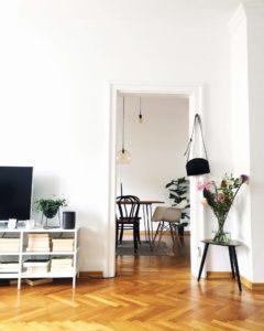 Lieblings Deko-Gegenstand von @dreieinhalbzimmerkuechebad ist der kleine Holz Beistelltisch, der das Interior Design der Wohnung komplettiert
