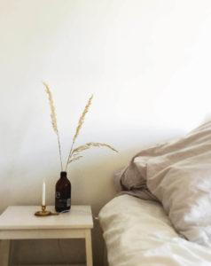 Ziergräser in einer braunen Flasche als Deko Herbst-Trend 2018