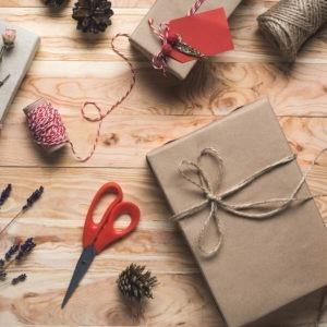 Tisch mit in Kraftpapier verpackten Geschenken