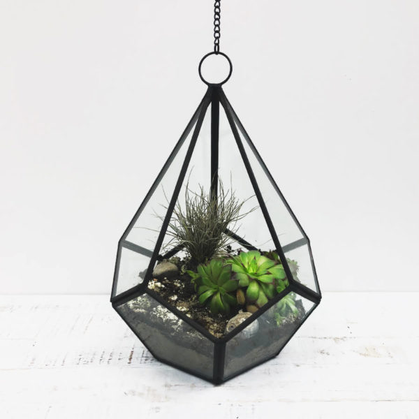 Hängende Vase aus Metall und Glas, die als Terrarium für Sukkulenten genutzt wird