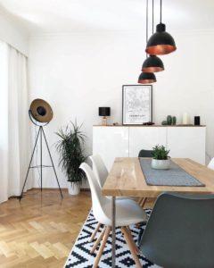 Gemütliches Esszimmer mit großem Tisch und schönen Zierpflanzen