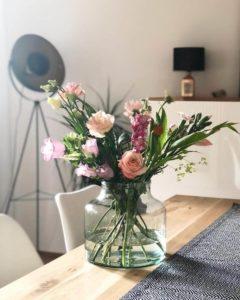Hübsche Blumen in einer Vase als Dekoartikel