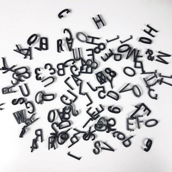 Schwarze Buchstaben auf weißem Hintergrund für das weiße Message Board. Insgesamt 143 Buchstaben.