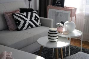 Kähler Design Vase schwarz weiß gestreift auf weißem Sofatisch mit schöner Dekoration