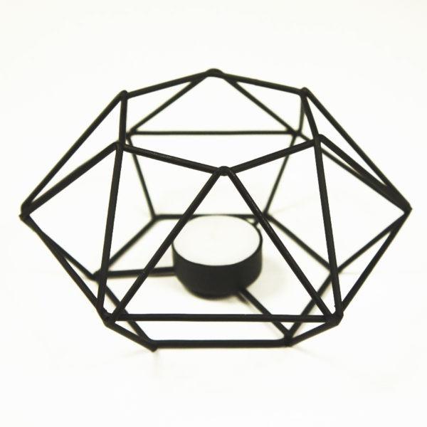 Teelicht Prisma aus Metall, schwarz lackierter weißem Hintergrund.