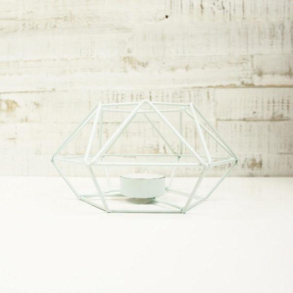 Teelicht Prisma aus Metall, mint farbig lackiert. Frontal fotografiert.
