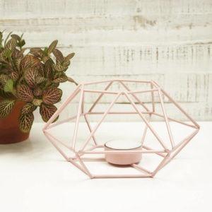 Teelicht Prisma aus Metall, rosa farbig lackiert. Bild von vorne fotografiert.