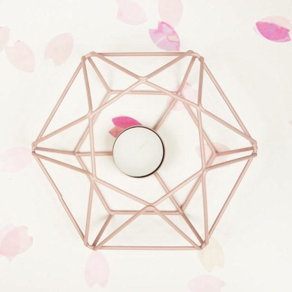 Teelicht Prisma aus Metall, rosa farbig lackiert. Bild von oben fotografiert.