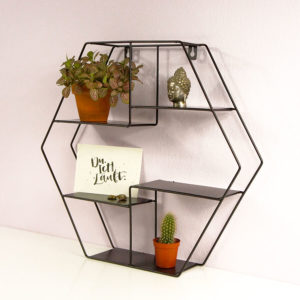 Wandregal Hexagon aus Metall mit Postkarte, Kaktus, Zimmerpflanze und Buddha Kopf. Seitlich fotografiert.