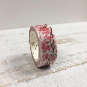 Washi Tape mit pinkem Blumenmuster auf einem Holzbrett.