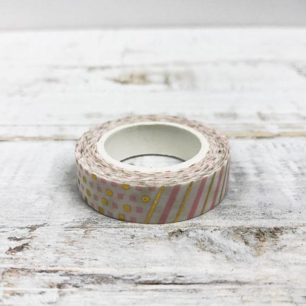 Washi Tape mit einem Muster aus rosanen und goldenen Elementen auf einfachem hellen Hintergrund.