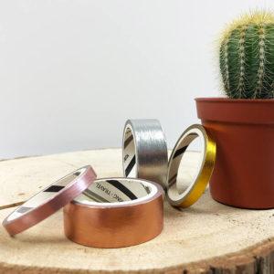Washi Tape Set, bestehend aus einem silbernen, rosé goldenen, goldenen und rosanem Washi Tape von vorne neben einem Kaktus.