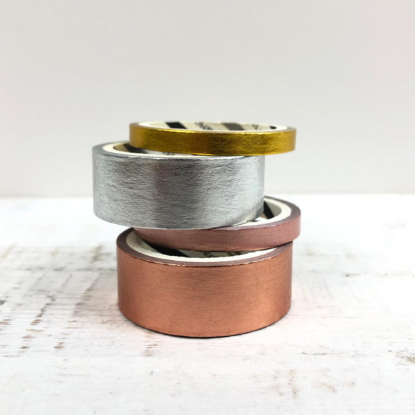 Washi Tape Set, bestehend aus einem silbernen, rosé goldenen, goldenen und rosanem Washi Tape von vorne vor weißen Hintergrund.