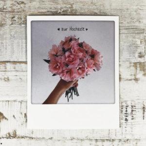 """Polaroid Karte mit Aufschrift """"Zur Hochzeit"""" und Blumenstrauß."""